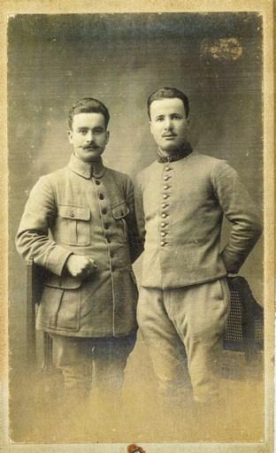 Photo des deux frères RIFFAUD : Pierre à gauche<br /> Jean à droite au 133ème RI, grand blessé (trépané)<br /> Leur photo précède celle du 20ème Dragons honoré.