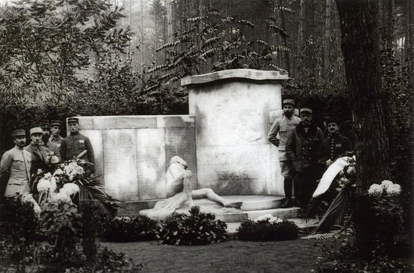 Une photo du camp de Darmstadt sur laquelle se voit le monument que les prisonniers avaient élevé à leurs camarades morts, archive privée.